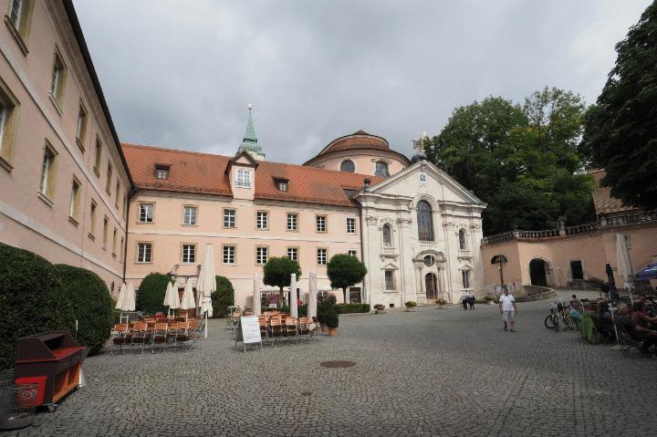 Kloster Weltenburg - Innenhof Richtung Kirchenportal