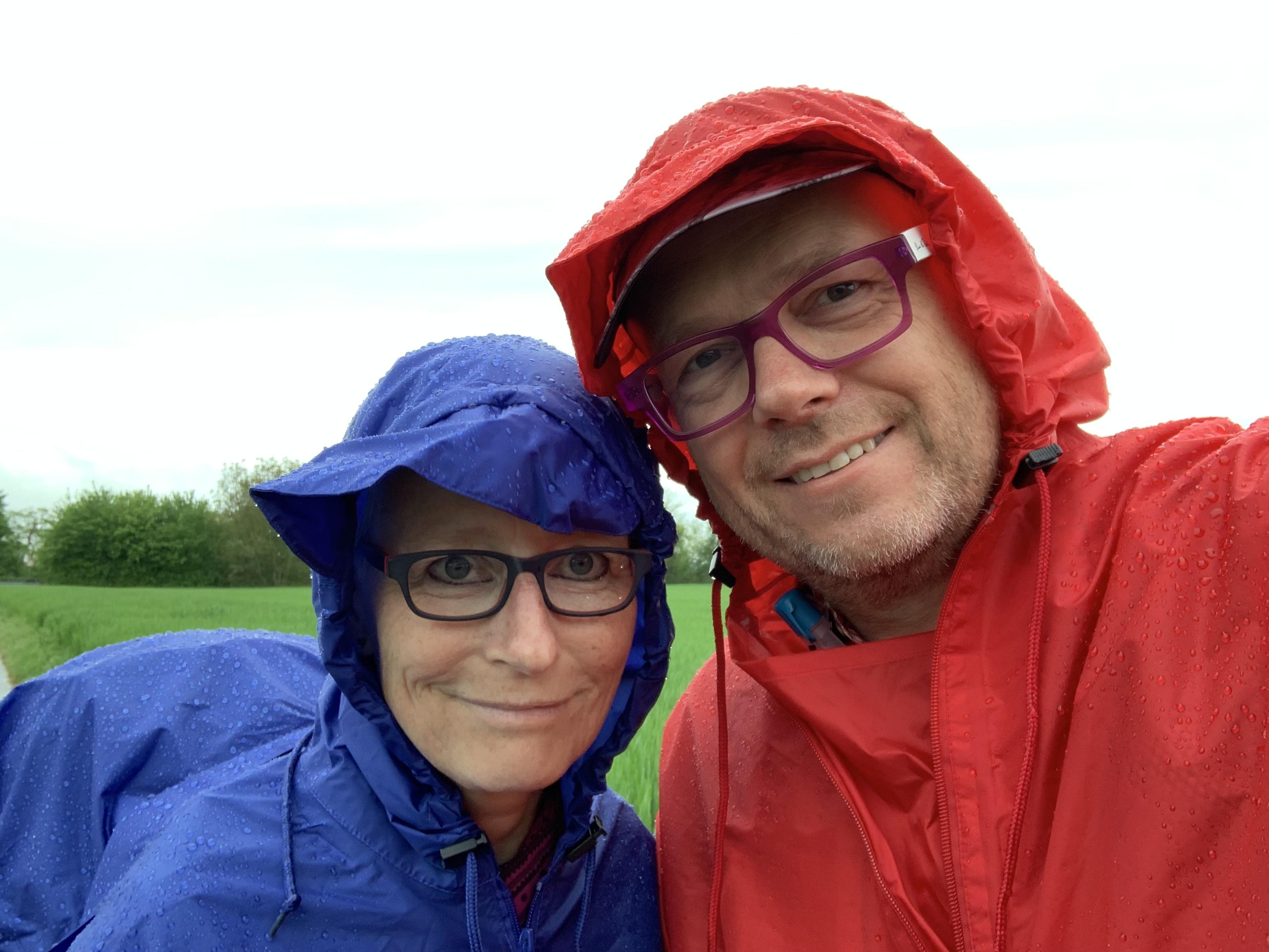 Zwei Pilger im Regen